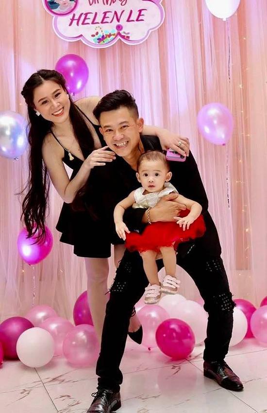 Vân Quang Long cùng vợ, con trong tiệc thôi nôi của bé Helene hồi tháng 8/2019.