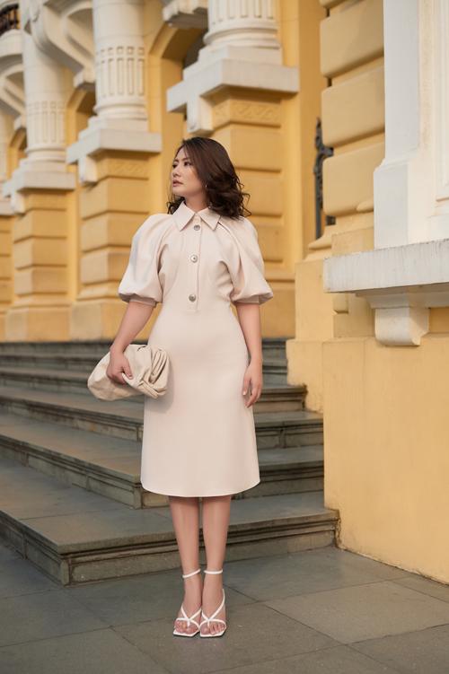 Đầm sơ mi cách điệu đang là xu hướng được nhiều fashionista thế giới ưa chuộng Ngọc Lan đã kết hợp nhuần nhuyễn phong cách thời thượng này với phụ kiện là túi Bottega