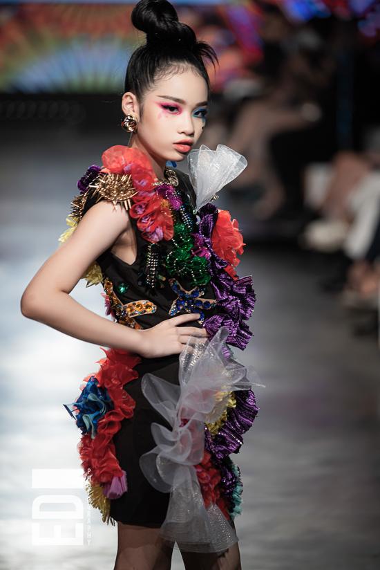 Bảo Hà ấn tượng với trang phục lấy cảm hứng từ đại dương, được đính kết cầu kỳ của nhà thiết kế Lý Giám Tiền.