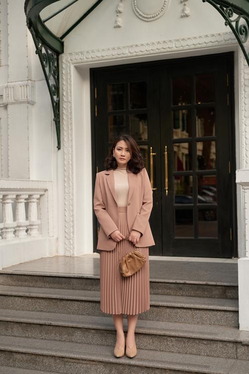 Ngọc Lan với hình ảnh nhẹ nhàng khi diện áo blazer dáng rộng kết hợp với chân váy dập ly mềm mại ,đi cùng giày và túi bottega mini pouch quai mảnh.