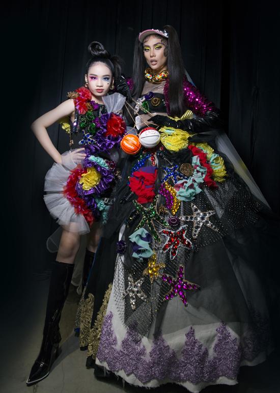 Nhóc tỳ tự tin đọ thần thái với cô giáo Võ Hoàng Yến trong hậu trường. Bảo Hà rất vui vì liên tục được trình diễn cùng thần tượng của mình ở các show thời trang lớn.