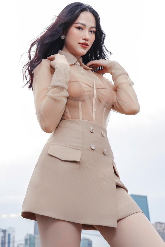 Hoa hậu Phương Khánh gợi ý váy áo dạo phố cuối năm