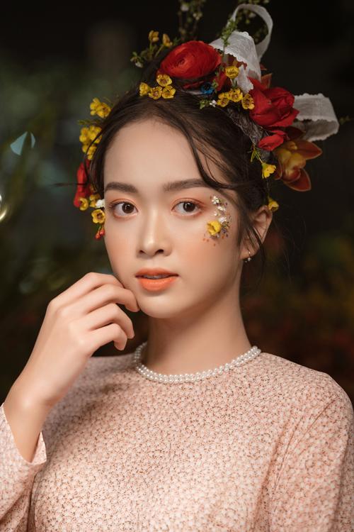 Nếu không muốn khuôn mặt trở nên sắc sảo, cô dâu có thể kẻ viền mí trong thật mảnh thay vì vẽ eyeliner đuôi dài, cong vút.