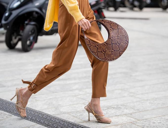Túi hình mặt trăng Xu hướng túi hình mặt trăng đã đạt được động lực vào cuối năm 2019 trong Tuần lễ thời trang, nhưng có vẻ như nó thực sự chỉ mới bắt đầu.