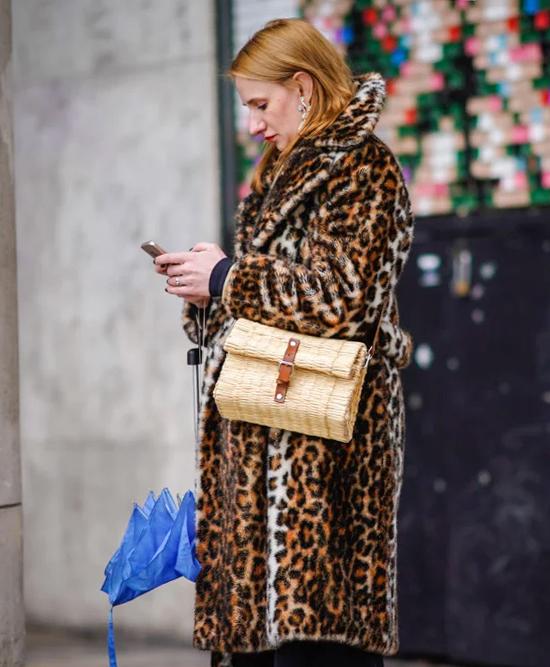 Túi cói raffia  Với xu hướng phong cách thoát ly, thật hợp lý khi túi xách raffia vang danh khắp các bộ sưu tập mùa xuân năm 2021. Được cung cấp trong tất cả mọi thứ, từ túi đeo chéo hai tông màu đến túi đeo chéo có điểm nhấn bằng da, có nhiều hơn một hoặc hai kiểu để lựa chọn khi nói đến xu hướng này. Sau khi bạn đã tìm thấy trang phục phù hợp của mình, hãy kết hợp nó với quần tây nam dáng dài hoặc vải lanh mềm mại.