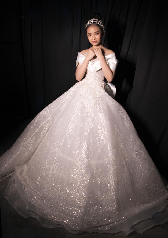Bảo Hà lộng lẫy hóa công chúa với trang phục hơi hướng cổ điển của Phạm Đăng Anh Thư. Cô bé rất hài lòng vì khép lại năm 2020 với nhiều dấu ấn đáng nhớ ở Vietnam International Fashion Week và Vietnam International Fashion Festival.
