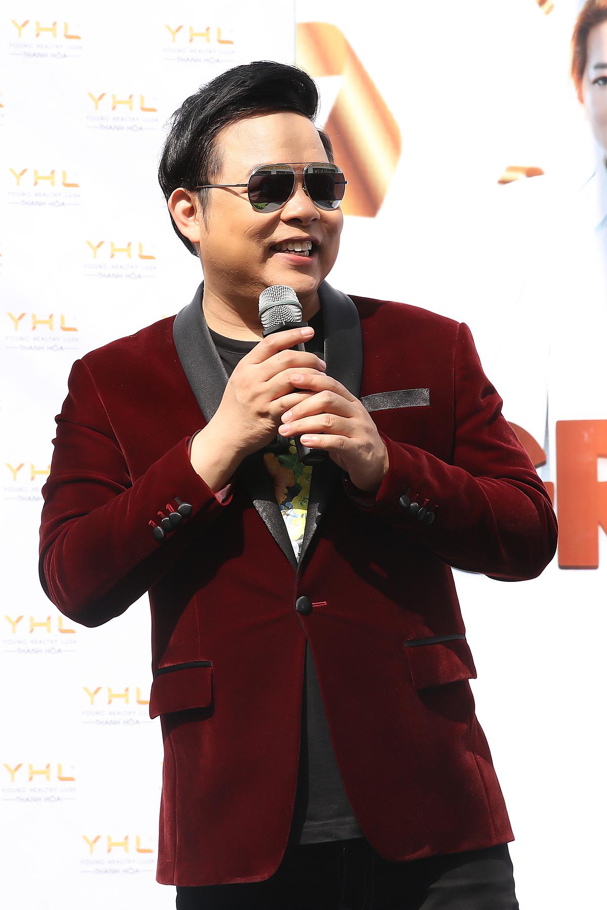 Quang Lê cũng góp mặt, gửi lời chúc tới doanh nhân Hằng Lê và mong cho showroom của cô thu hút thật nhiều khách hàng. Anh cũng trình diễn những tiết mục sôi động.
