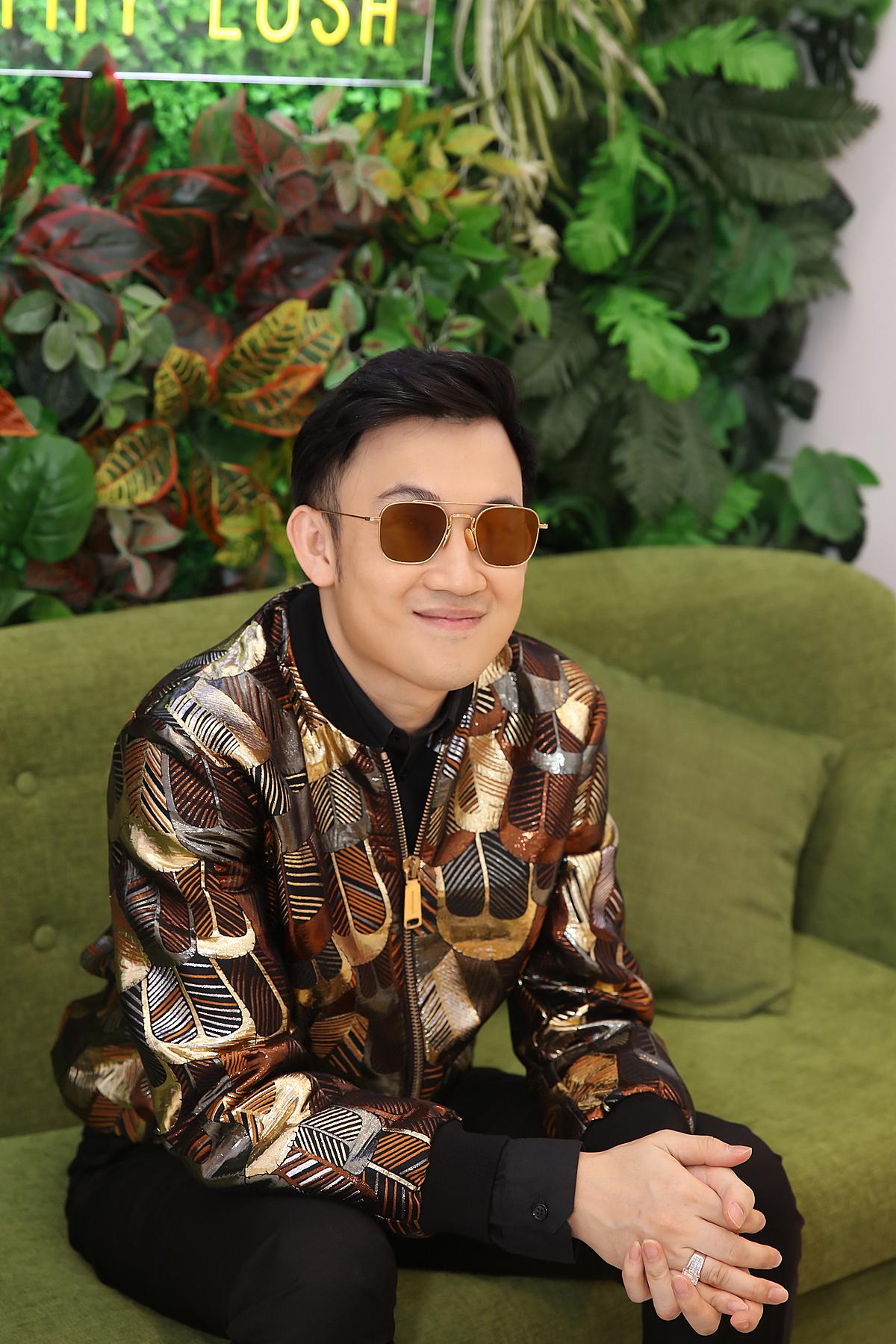 Mở đầu sự kiện ngày 28/12, Dương Triệu Vũ xuất hiện và trình diễn những tiết mục sôi động dành tặng khán giả Thanh Hoá. Trước sự ủng hộ của khán giả, anh đã mời một fan lớn tuổi lên sân khấu để biểu diễn cùng mình.