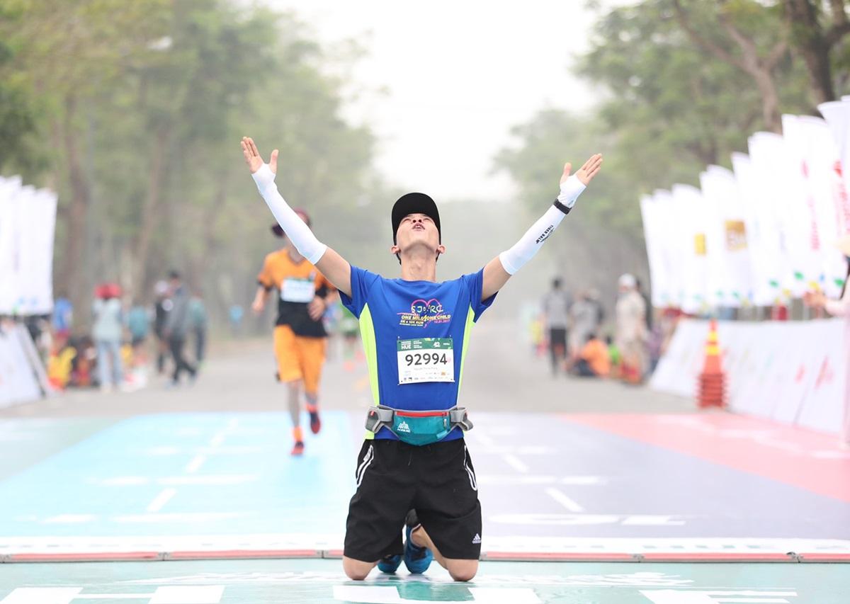 Runner Nguyễn Trung Phong ăn mừng khi hoàn thành cự ly 42 km. Ảnh: Đức Đồng.