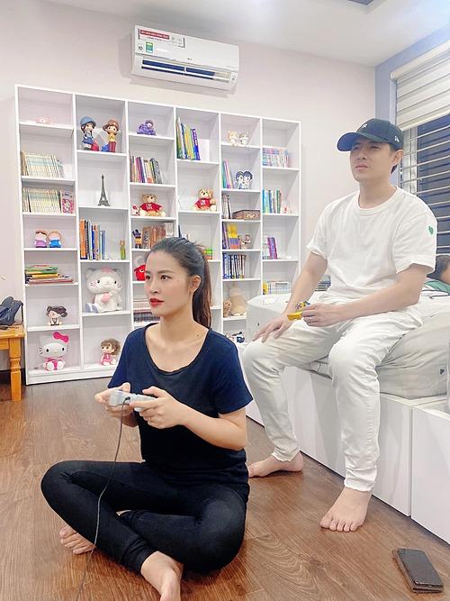 Vợ chồng Đông Nhi - Ông Cao Thắng tranh thủ chơi game giải trí khi con gái đang say giấc. Nữ ca sĩ hỏi chồng: Sao mẹ chơi mà mặt ba căng vậy ba?.
