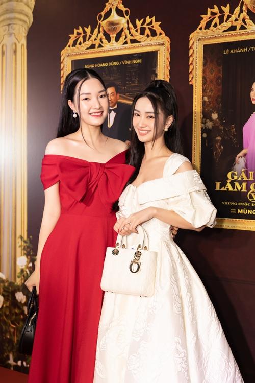 Nàng thơ xứ Huế Ngọc Trân (trái) và diễn viên Jun Vũ yêu kiều trong sự kiện.