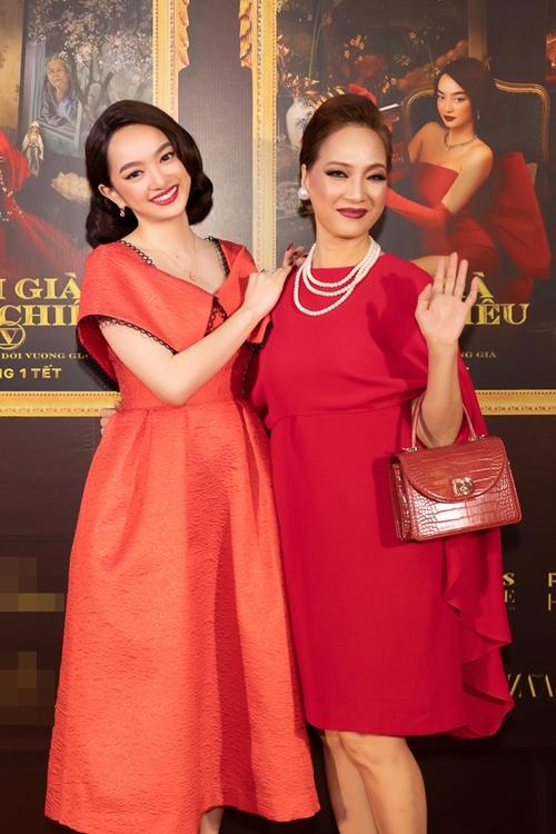 NSND Lê Khanh và Kaity Nguyễn tạo dáng bên nhau. Ngoài đời, Kaity gọi Lê Khanh là mẹ. Còn trong phim, họ vào vai hai chị em của gia tộc vương giả xứ Huế. Người chị thứ hai của gia đình này - NSND Hồng Vân vì bận việc riêng nên vắng mặt tại sự kiện.