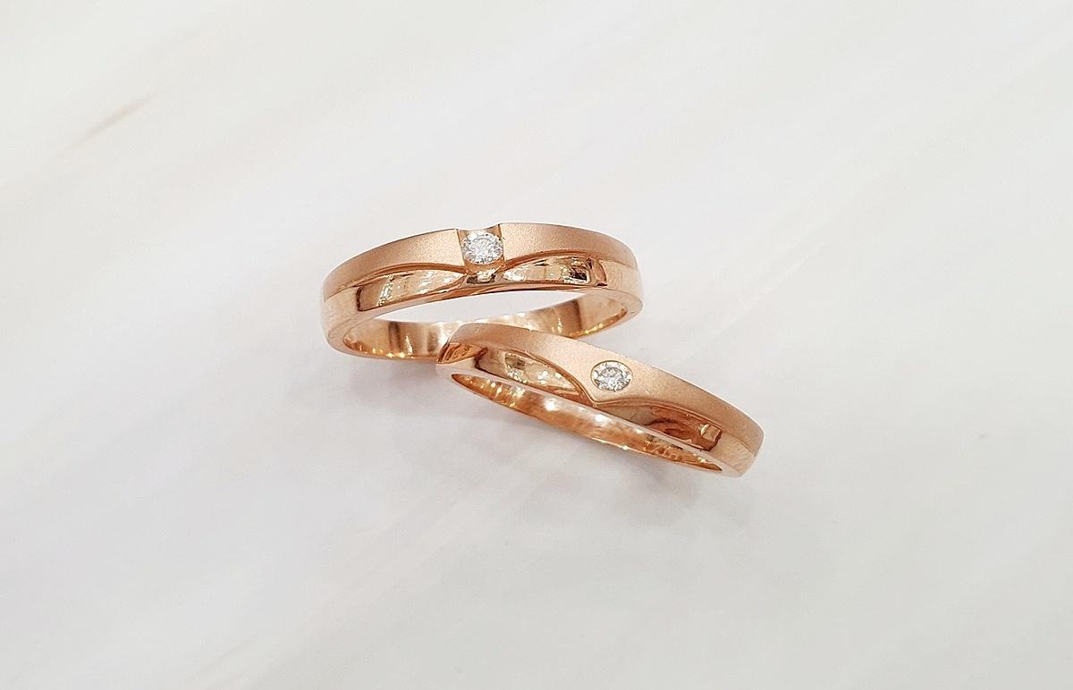 màu của vàng hồng cũng dễ dàng kết hợp cùng nhiều loại đá trang sức, hài hòa với trang phục vì tính thẩm mỹ cao.