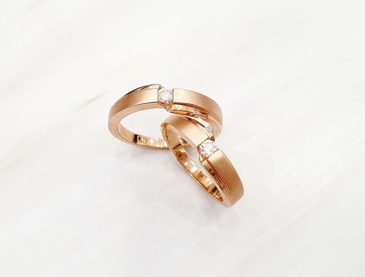 Cặp nhẫn cưới sang trọng với màu hồng đặc trưng làm tôn lên sự ấm áp của tình yêu.