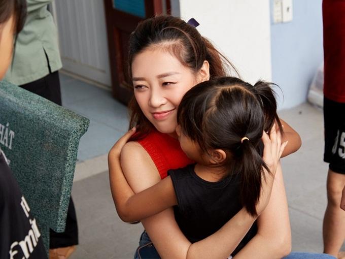 Khánh Vân bên một em nhỏ ở trung tâm.