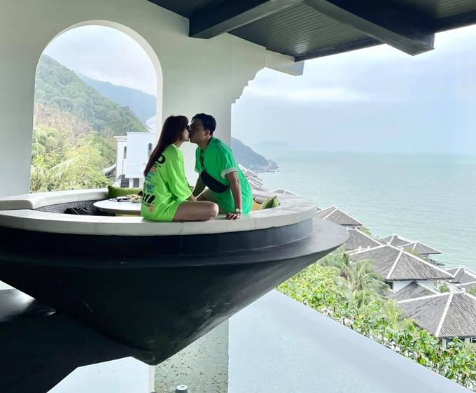 Năm nay, Hari Won đã hai lần đến Intercontinental đà nẵng, lần đầu là đưa mẹ đi nghỉ dưỡng, và mới cách đây vài ngày, vợ chồng cô quay lại đây nhân kỷ niệm 4 năm ngày cưới. Không chỉ ghi điểm nhờ phong cảnh xung quanh đẹp mê người, nhà hàng Michelin bên trong khách sạn cũng là điểm níu chân du khách thập phương.