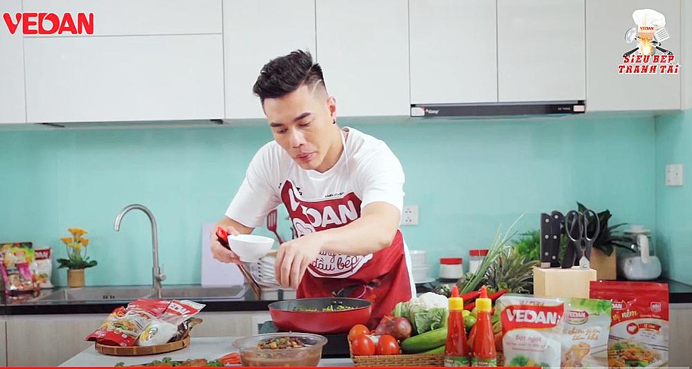 Lê Dương Bảo Lâm mang đến cuộc thi món giò heo hầm đậu đỏ.