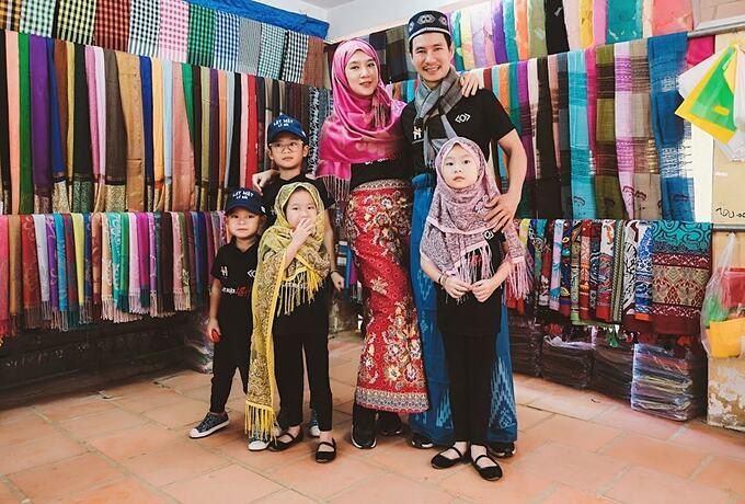 Minh Hà và các con diện trang phục dân tộc khi đến thăm ông xã Lý Hải tại phim trường ở làng Chăm - An Giang.