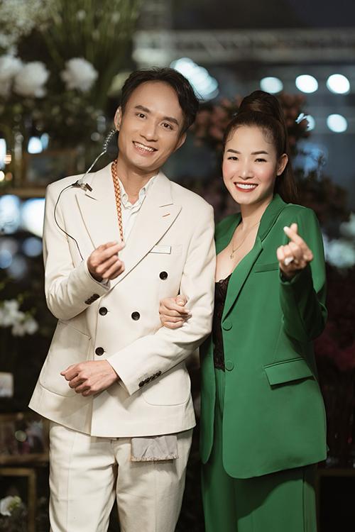 NTK hoa tươi Hoàng Khánh (trái) - người tổ chức show hoa cưới và chuyên gia trang điểm Linh Jace.