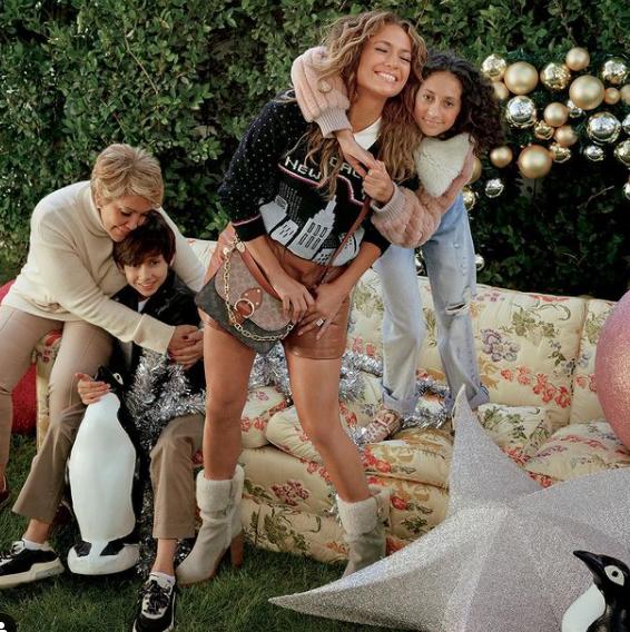 Jennifer Lopez bên cạnh mẹ và các con, cùng chiếc túi Beat Bag của Coach. (nguồn ảnh)