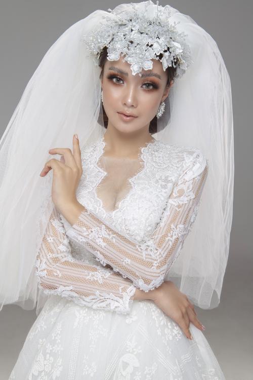 Trước thềm năm mới 2021, chuyên gia trang điểm Hùng Việt dự đoán những layout makeup đậm đà, sắc sảo sẽ dần thế chỗ cho tông trang điểm trong sáng, phù hợp khi cô dâu đãi tiệc trong nhà hàng vào buổi chiều, tối.
