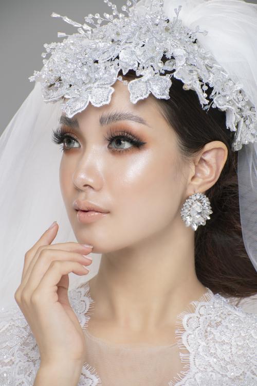 Do đã nhấn mạnh ở mắt nên môi được tiết chế với tông màu nude nhẹ nhàng. Phần lông mày được phẩy sợi điêu khắc, nhấn ở đầu mày và vát dần cuối đuôi.