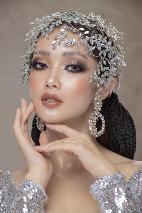 Đôi mắt được tô vẽ tỉ mỉ với eyeliner sắc nét giúp nàng biến hóa diện mạo. Chiều sâu của đôi mắt đến từ việc tán nhiều lớp màu nhũ, cam và xám bạc, chuyển tông nhẹ nhàng ngay trên bầu mắt.