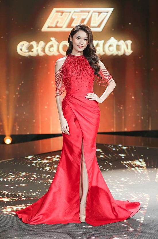 Á hậu Thùy Dung gắn bó với công việc MC hơn hai năm nay. Cô gây thu hút bởi nhan sắc rực rỡ và khả năng dẫn bằng hai thứ tiếng Anh - Việt.