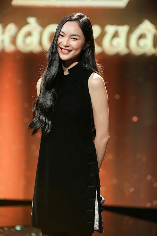 Fashionista Helly Tống kín đáo với áo nhung cổ tàu. Cô truyền cảm hứng cho mọi người bởi phong cách sống xanh.