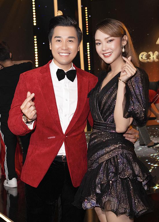 Nguyên Khang đảm nhận vai trò MC còn Minh Hằng là khách mời của chương trình. Nữ ca sĩ Một vòng trái đất khiến Nguyên Khang xúc động khi chia sẻ về tuổi thơ cơ cực.