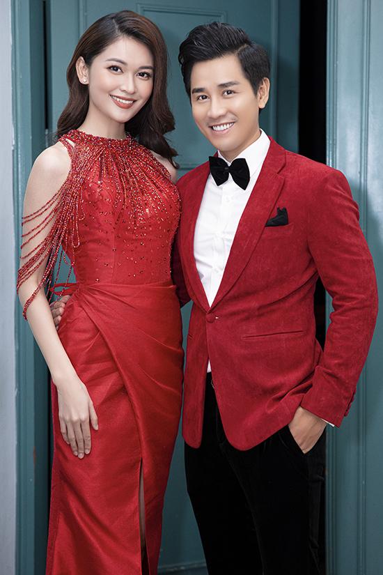 Nguyên Khang đồng hành với á hậu Thùy Dung trong vai trò MC. Cả hai chọn trang phục ton sur ton màu đỏ để hòa hợp với không khí chào đón mùa xuân.