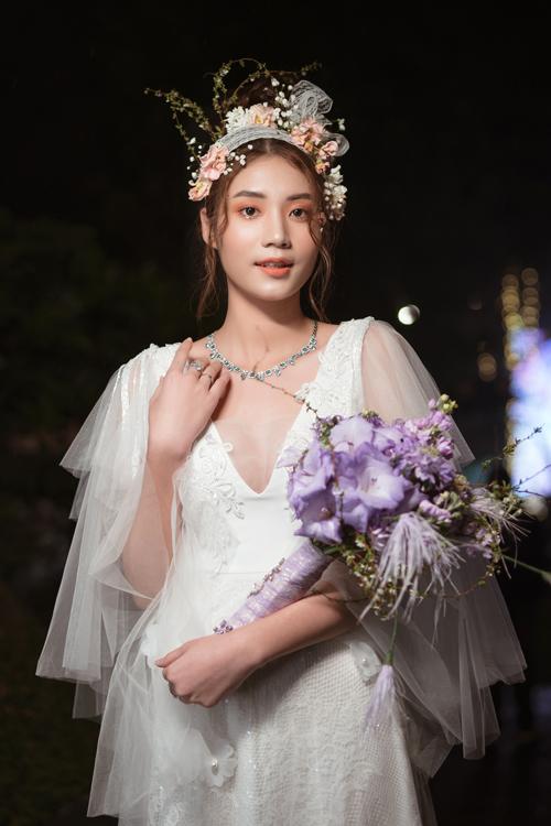 Mùa cưới Xuân Hè 2021 đang nóng lên từng ngày khi các nhà thiết kế liên tục trình làng các tác phẩm của mình. Mới đây, NTK hoa tươi Hoàng Khánh đã trở thành người đầu tiên tổ chức show hoa cưới cá nhân tại Hà Nội, đem đến nhiều màn trình diễn đặc sắc.
