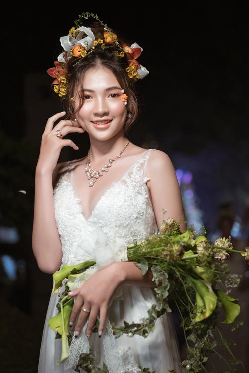 Với bộ sưu tập mang tên A new beginning, Hoàng Khánh đã giới thiệu 21 mẫu hoa cưới cầm tay với đủ các phong cách từ classic đến hiện đại, phá cách. Đi cùng với đó là các mẫu vương miện hoa tươi lãng mạn, ngọt ngào.