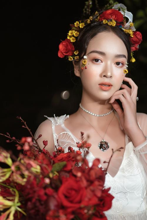 Hoàng Khánh cho biết trong năm 2021, những mẫu hoa cưới cầm tay màu nổi bật sẽ dần thay thế vị trí top đầu của gam màu nhạt (pastel). Phụ kiện này giúp cô dâu thêm nổi bật và ấn tượng hơn trong những bức ảnh cưới.