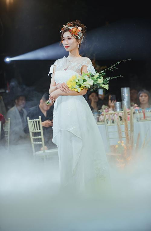 Những bó hoa cầm tay không cần quá lớn mà theo hướng tinh tế, hài hòa với kiểu dáng, họa tiết trên váy cưới.