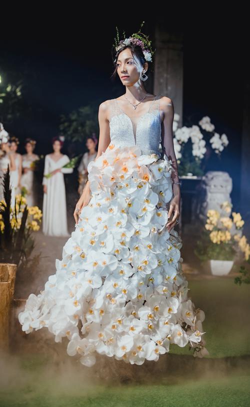 Chiếc váy cưới kết hoa lan hồ điệp.