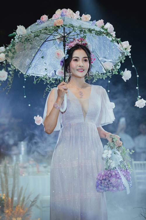 Cũng trong buổi trình diễn, NTK Hoàng Khánh giới thiệu cặp áo dài và váy cưới đặc biệt được kết hoa tươi lên thân áo, phụ kiện hoặc giỏ xách. Những tác phẩm này nhận được sự tán thưởng nhiệt tình từ khán giả.