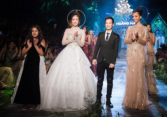 Trước đó bé Angelina Raja (ngoài cùng bên trái) từng xuất hiện với vai trò người mẫu trong một show thời trang của nhà thiết kế Hoàng Hải. Diễn viên nhí yêu thích nghệ thuật và được bố mẹ khuyến khích phát triển năng khiếu diễn xuất.