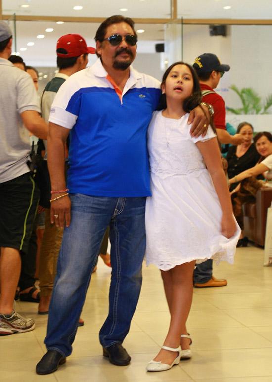 Angelina và bố - nhà sản xuất người Ấn Độ Raja Ramani. Cô bé lai hai dòng máu vì có mẹ là người Việt. Bố Angelina cũng đóng một vai phụ - ông trùm trong phim này.