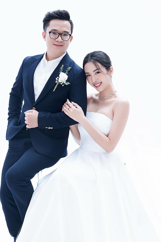 Á hậu Thúy An chụp ảnh cưới cùng chồng tiếng sĩ