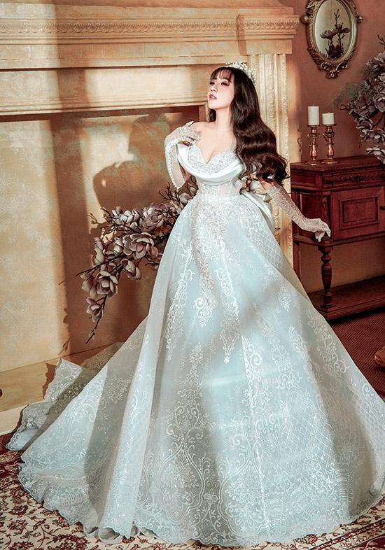 Tác giả sưu tập  - nhà thiết kế Phạm Đăng Anh Thư ngẫu hứng làm mẫu ảnh. Các mẫu váy áo do cô sáng tạo thường kết hợp cả yếu tố cổ điển và hiện đại, hợp xu hướng nên được nhiều người yêu thích, lựa chọn.