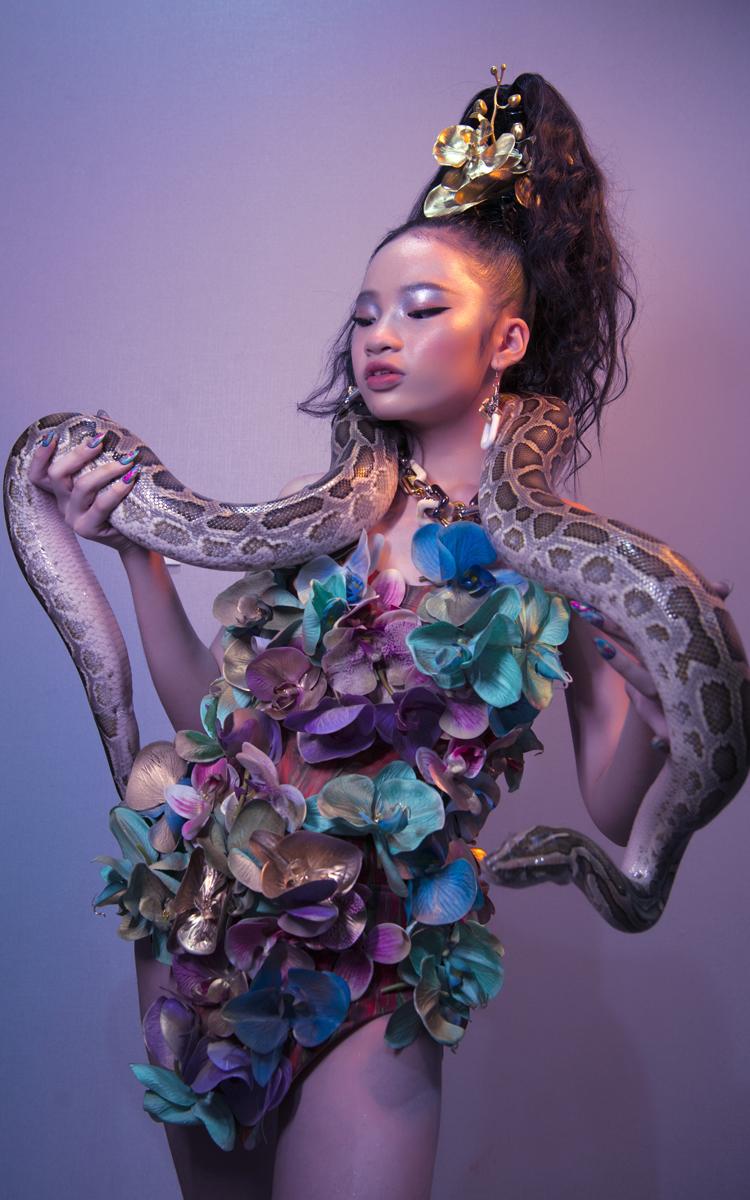 Mẫu nhí Bảo Hà gây ấn tượng khi mang trăn với đôi tay mang nail sắc màu.