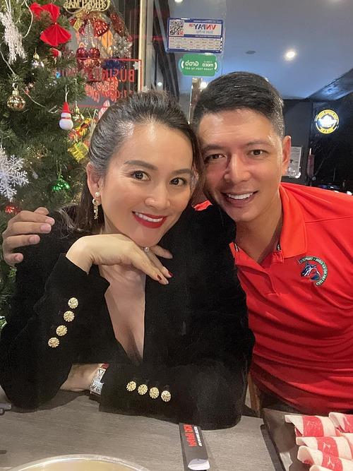 Diễn viên Bình Minh được nhận xét già đi trông thấy trong ảnh đi ăn tối cùng bà xã Anh Thơ.