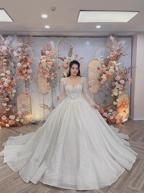 Cầu thủ Bùi Tiến Dũng đăng ảnh bà xã Khánh Linh diện váy cưới và viết: Hai từ thôi - tuyệt vời. Đồng đội liền vào nhận xét anh là người nịnh vợ giỏi nhất Viettel.