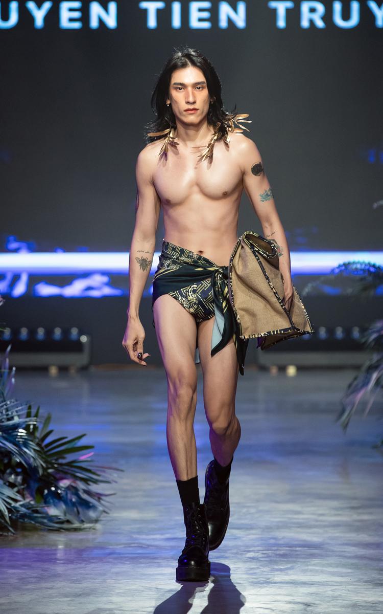Lấy cảm hứng từ một khu rừng thời trang nhiệt đới lộng lẫy sắc màu châu Á, Nguyễn Tiến Truyển đã đem đến Vietnam International Fashion Festival Khúc hòa ca Tropicana gây ấn tượng cho người xem, nên phần thiết kế móng cũng phải chuyển tải tinh thần này.