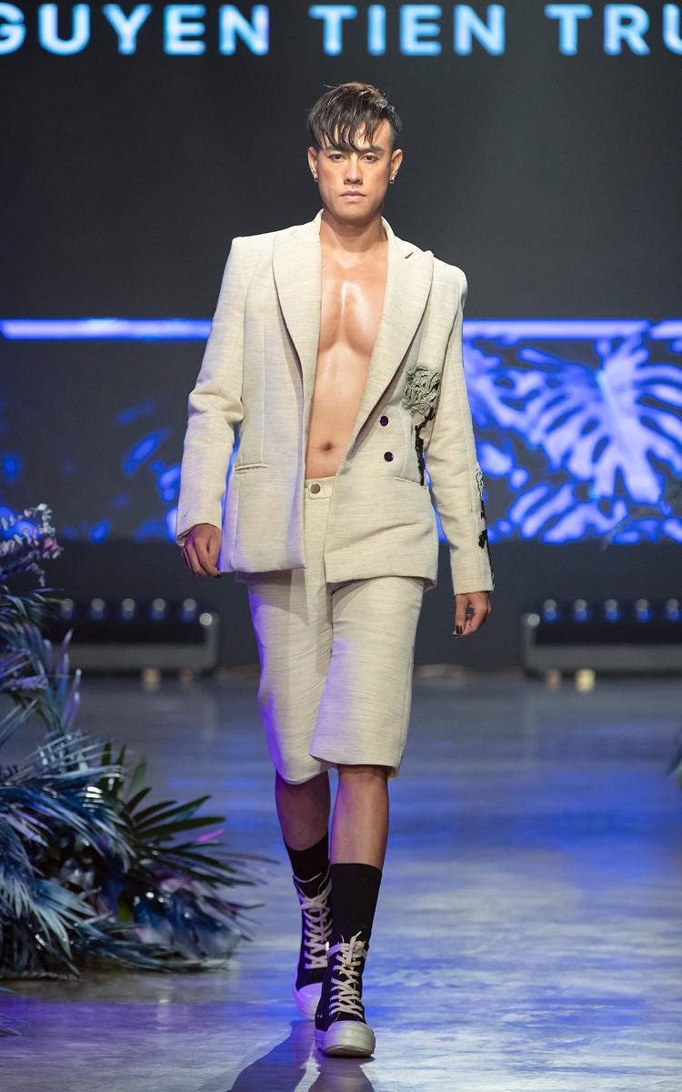 Nhà thiết kế mở màn dòng thời trang mùa xuân hè 2021 bằng những bộ cánh đa sắc với kiểu dáng độc lạ, đồng thời gây dấu ấn khác biệt với giải pháp nail art được hỗ trợ bởi nhà mốt nail Pang Mỹ Nguyên.