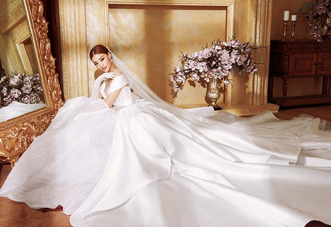 Kiều Loan hoá công chúa kiêu sa trong trang phục trắng muốt, tùng xoè rộng cổ điển.