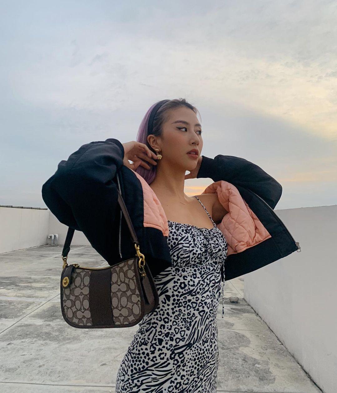 Influencer Quỳnh Anh Shyn với thiết kế túi Swinger. (nguồn ảnh)