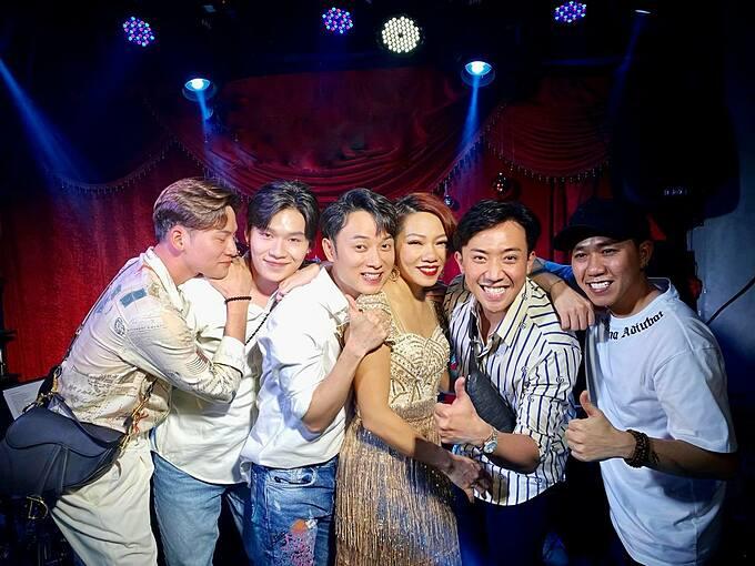 MC Trấn Thành cùng hội bạn thân gồm Anh Đức, Trúc Nhân, Quang Trung, Ali Hoàng Dương đi xem show của Hà Trần.