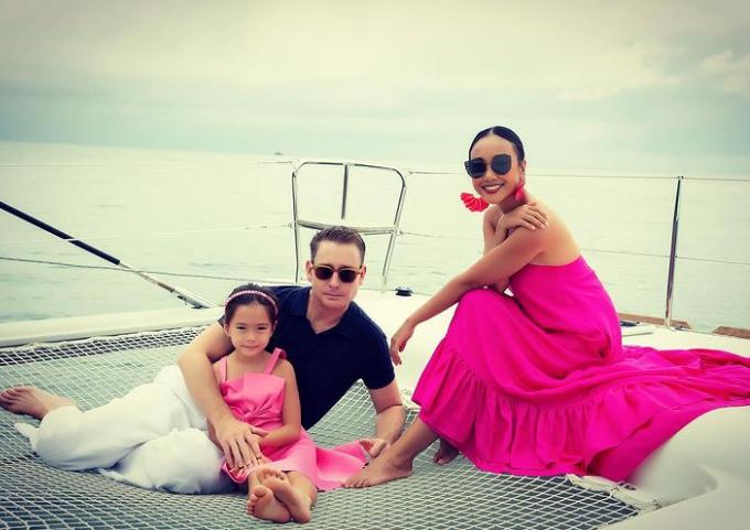Gia đình Đoan Trang nghỉ dưỡng cuối năm ở Phú Quốc nhưng thay vì chỉ ở trong resort, cả nhà trải nghiệm hình thức ngồi du thuyền lênh đênh trên biển, tận hưởng trọn vẹn vẻ đẹp hòn đảo ngọc.